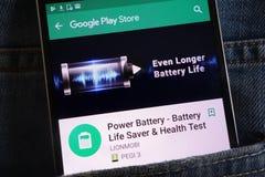 L'appli de batterie de puissance sur le site Web de Google Play Store montré sur le smartphone caché dans des jeans empochent image libre de droits