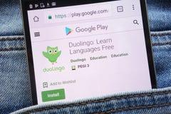 L'appli de Duolingo sur le site Web de Google Play montré sur le smartphone caché dans des jeans empochent photographie stock