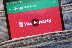 L'appli de Houseparty sur le site Web de Google Play Store montré sur le smartphone caché dans des jeans empochent image libre de droits