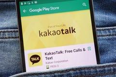 L'appli de KakaoTalk sur le site Web de Google Play Store montré sur le smartphone caché dans des jeans empochent photographie stock libre de droits