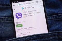 L'appli de messager de Viber sur le site Web de Google Play montré sur le smartphone caché dans des jeans empochent photos stock