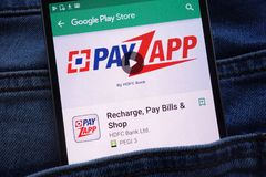 L'appli de PayZapp sur le site Web de Google Play Store montré sur le smartphone caché dans des jeans empochent images stock