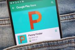 L'appli de Penny Finder sur le site Web de Google Play Store montré sur le smartphone caché dans des jeans empochent photo libre de droits