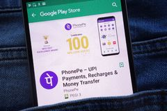 L'appli de PhonePe sur le site Web de Google Play Store montré sur le smartphone caché dans des jeans empochent photos stock