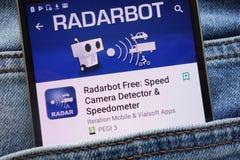 L'appli de Radarbot sur le site Web de Google Play Store montré sur le smartphone caché dans des jeans empochent photo stock