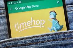 L'appli de Timehop sur le site Web de Google Play Store montré sur le smartphone caché dans des jeans empochent photo stock
