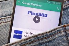 L'appli Plus500 sur le site Web de Google Play Store montré sur le smartphone caché dans des jeans empochent image libre de droits