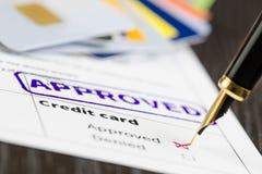 L'application de carte de crédit approuvée, se ferment vers le haut du tir d'une forme, des cartes et du stylo Images libres de droits