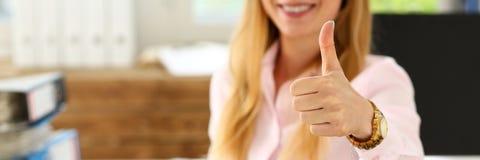 L'APPROVAZIONE femminile di manifestazione del braccio o conferma con il pollice su Fotografia Stock