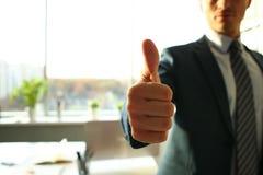 L'APPROVAZIONE maschio di manifestazione del braccio o conferma durante la conferenza immagini stock libere da diritti