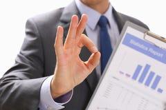 L'APPROVAZIONE maschio di rappresentazione della mano o conferma il segno con il pollice su Fotografia Stock Libera da Diritti