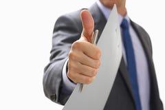 L'APPROVAZIONE maschio di rappresentazione della mano o conferma il segno con il pollice su Immagini Stock
