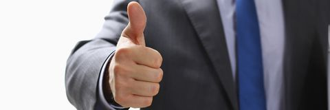 L'APPROVAZIONE maschio di rappresentazione della mano o conferma il segno con il pollice su Immagine Stock