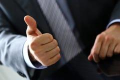 L'APPROVAZIONE maschio di rappresentazione della mano o conferma il segno con il pollice su Fotografia Stock
