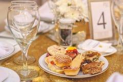 L'approvvigionamento è servito su una tavola in un evento di nozze Immagini Stock