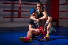 L'appui sportif de femme et étreignent son ami dans un ring Image libre de droits