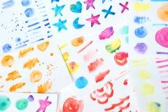 L'aquarelle colorée peinte balaye le fond Image stock