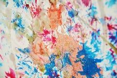 L'aquarelle orange en pastel orange bleue grise colorée de peinture tient le premier rôle le fond cireux blanc Photos libres de droits