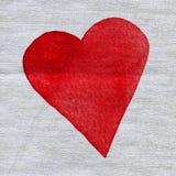 L'aquarelle a peint le coeur rouge sur la texture de toile de tissu Image libre de droits