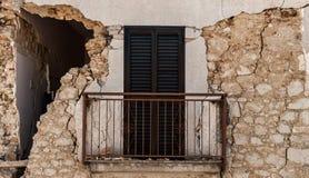 L'Aquila-Erdbeben, eingestürzte Wand Stockfotografie