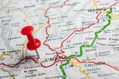 L& x27 ; Aquila a goupillé sur une carte de l'Italie Image libre de droits