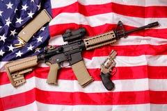Fusil et pistolet de l'AR sur le drapeau américain Images libres de droits