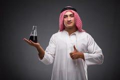 L'Arabe avec de l'huile sur le fond gris Photos stock