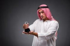 L'Arabe avec de l'huile sur le fond gris Image libre de droits