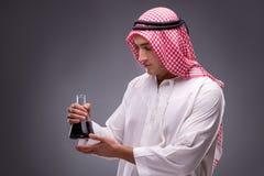 L'Arabe avec de l'huile sur le fond gris Photos libres de droits