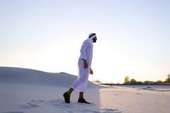 L'Arabe bel masculin sûr dans Kandur marche au milieu du blanc Images libres de droits