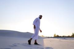 L'Arabe bel masculin sûr dans Kandur marche au milieu du blanc Image libre de droits