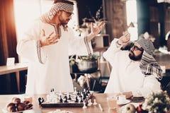 L'Arabe mauvais ne comprend pas comment perdre dans les échecs photo libre de droits