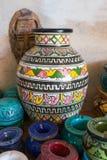 L'arabe traditionnel handcrafted, en céramique décoré coloré en vente au marché à Marrakech Photos libres de droits