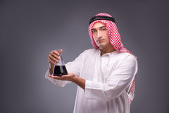 L'Arabo con olio su fondo grigio Fotografia Stock Libera da Diritti
