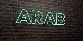 L'ARABO - insegna al neon realistica sul fondo del muro di mattoni - 3D ha reso l'immagine di riserva libera della sovranità Fotografia Stock Libera da Diritti