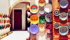 L'arabo tradizionale handcrafted, piatti decorati variopinti nel MOR fotografia stock libera da diritti