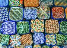 L'arabo tradizionale handcrafted, piatti decorati variopinti sparati al mercato a Marrakesh Immagine Stock Libera da Diritti