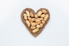 L'arachide se trouve au coeur fait de toile de jute Photos libres de droits