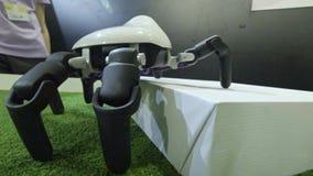 L'araign?e de robot s'?l?ve sur un obstacle La robotique, technologie robotique, animaux de robots se d?placent banque de vidéos