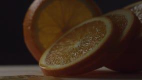 L'arancia ? cerchi incisi, cerchi arancio si trova uno dopo l'altro, una fetta, che ? dietro altre, movimento da uno stock footage