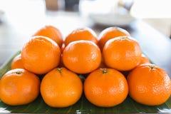 L'arancia è messa ad un bello pavimento Fine in su fotografia stock libera da diritti