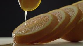 L'arancia ? cerchi incisi, cerchi arancio si trova uno dopo l'altro, la mano tiene un pezzo di arancia sopra l'altra archivi video