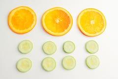 L'arancia della fetta ed il cetriolo isolati, fondo bianco fotografia stock libera da diritti