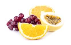 L'arancia fresca ha affettato isolato su fondo bianco immagine stock