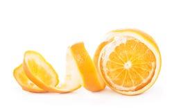 L'arancia ha sbucciato il fondo bianco isolato pelle Immagine Stock