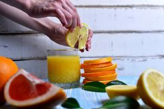 L'arancia nelle mani Fotografia Stock Libera da Diritti