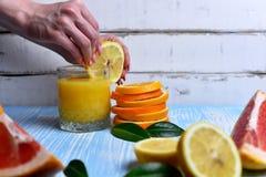 L'arancia nelle mani Fotografia Stock