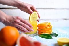 L'arancia nelle mani Fotografie Stock Libere da Diritti