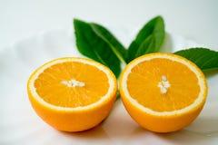 L'arancia organica della fetta sul piatto bianco - Immagine Stock Libera da Diritti