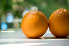 L'arancia organica su fondo vago verde Fotografie Stock